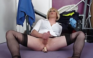 Holly Cums Hands Free with Her Didlo